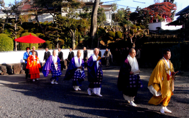 多くの僧侶によるお勤め|林昌院